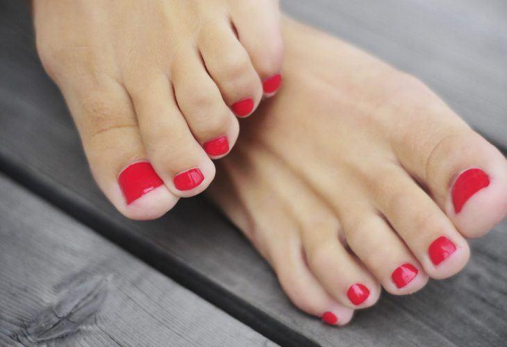 Tånaglar med rött nagellack